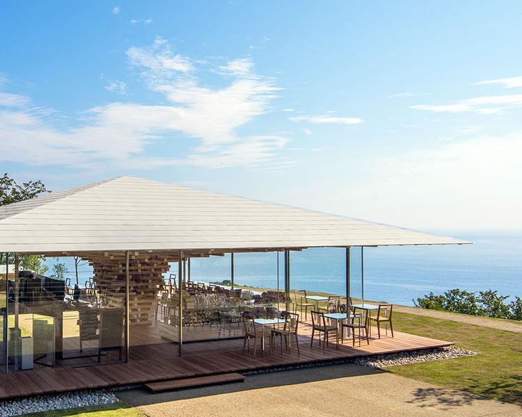 熱海の海と空を見渡せるアカオハーブ&ローズガーデンのテラス