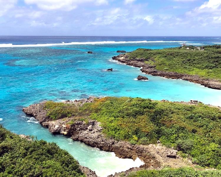自然に溢れた沖縄の青い海とビーチ