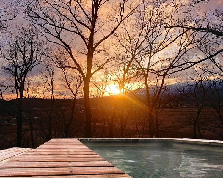 日本の美しい風景を望む温泉露天風呂