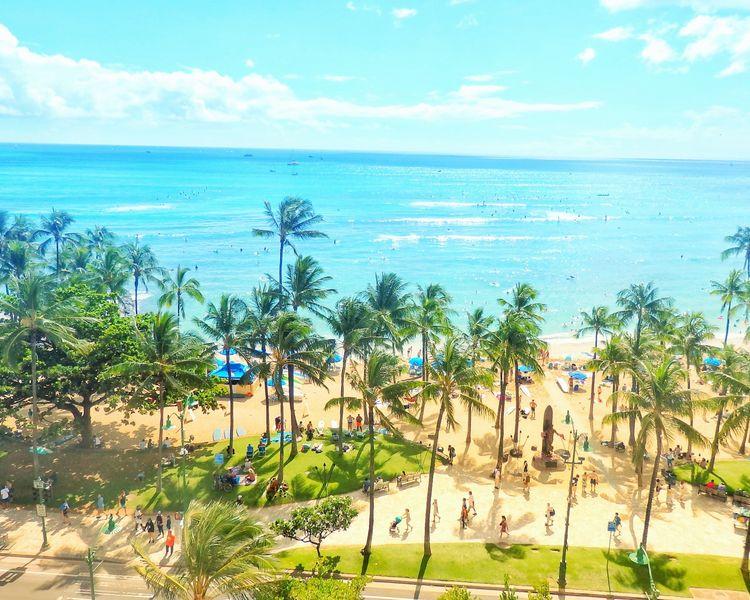 ワイキキビーチの青空と青い海